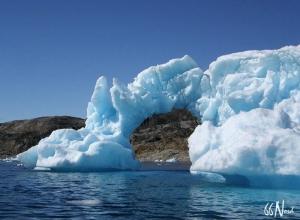 Iceberg en arche, vu depuis le kayak au Groenland. ©Felix Hentz