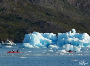 Kayak parmi les icebergs du Groenland ©Xavier Gadat