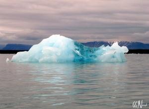 Iceberg translucide observé depuis nos kayak l'été, Spitzberg ©Sophie Goubeau