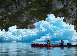 Kayak devant un iceberg du Groenland ©Xavier Gadat