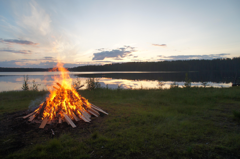 Un feu de camp en Finlande