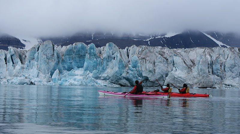 Kayak près du glacier de Svéa au Spitzberg, Svalbard
