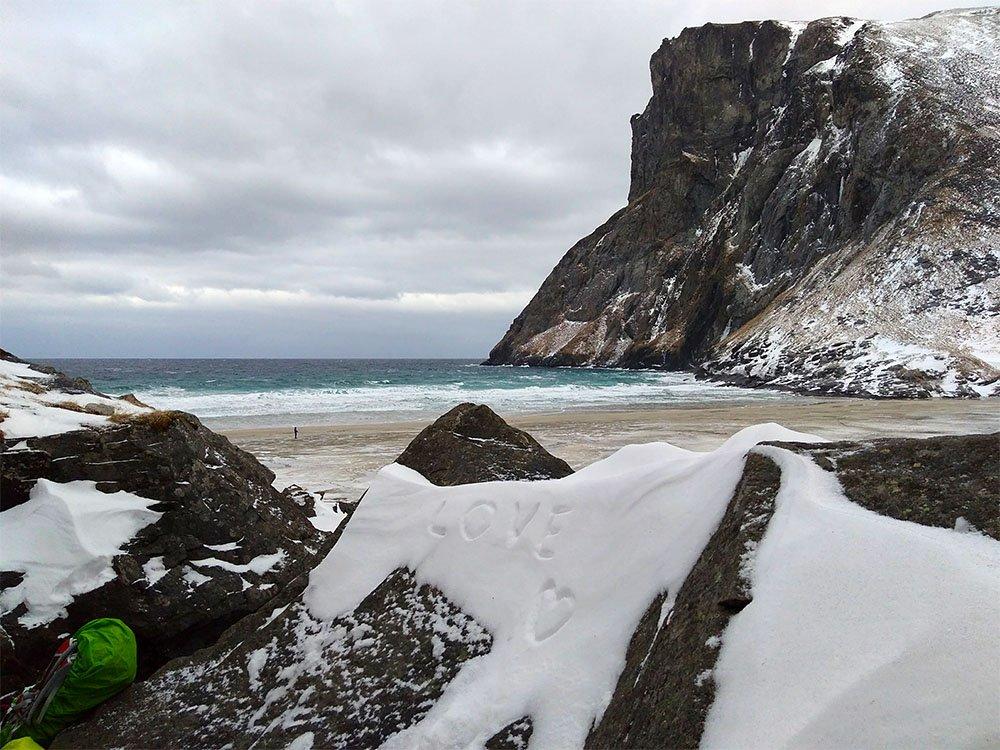 Sur la plage de Kvalvika, près de la cabane du film Nordfor Sola.