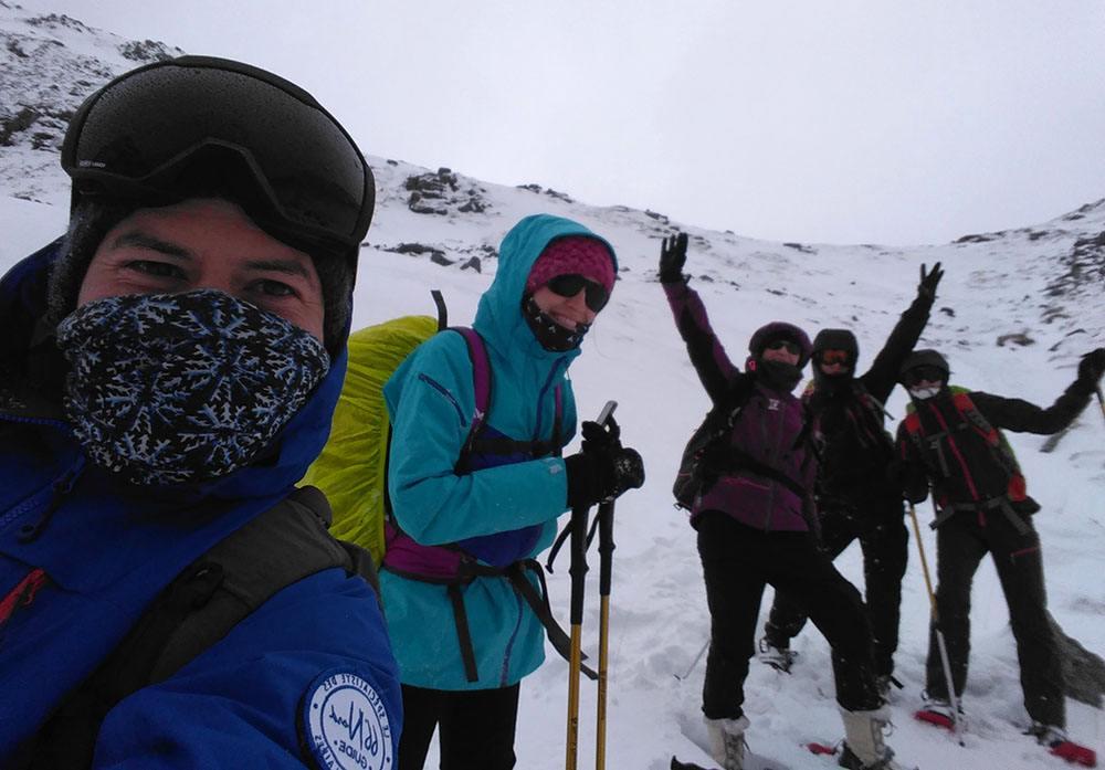 groupe de randonneurs raquette dans les îles Lofoten en Norvège, 66°Nord
