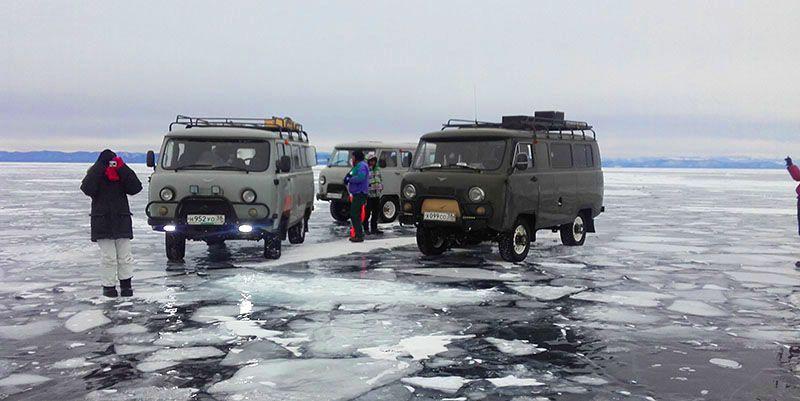 4x4 sur le lac baikal en Sibérie, Russie