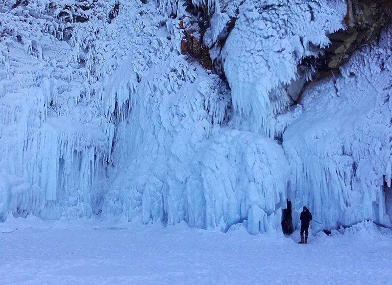 Grotte et cascade de glace, lac baikal, siberie, russie