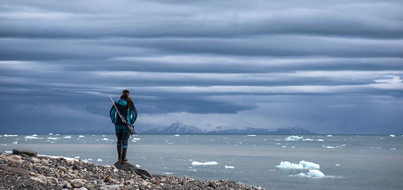 Maud Sevaux, guide 66°Nord durant son tour de garde au Svalbard, Spitzberg ©Yannick Long
