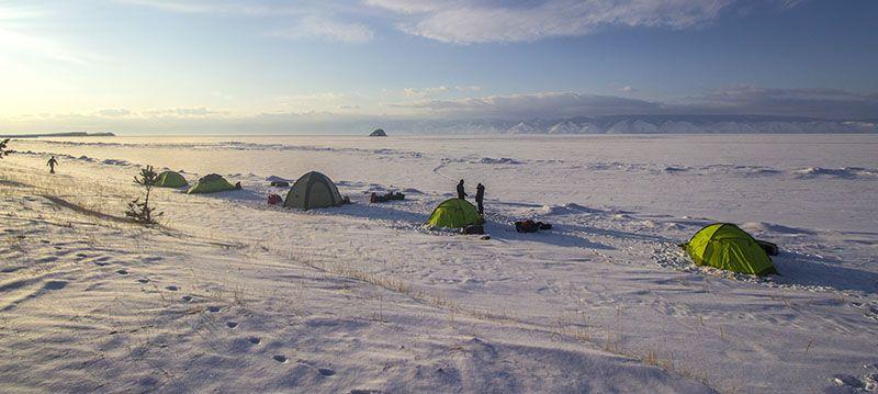 Tentes sur la banquise du Baikal ©Flo Le Priol