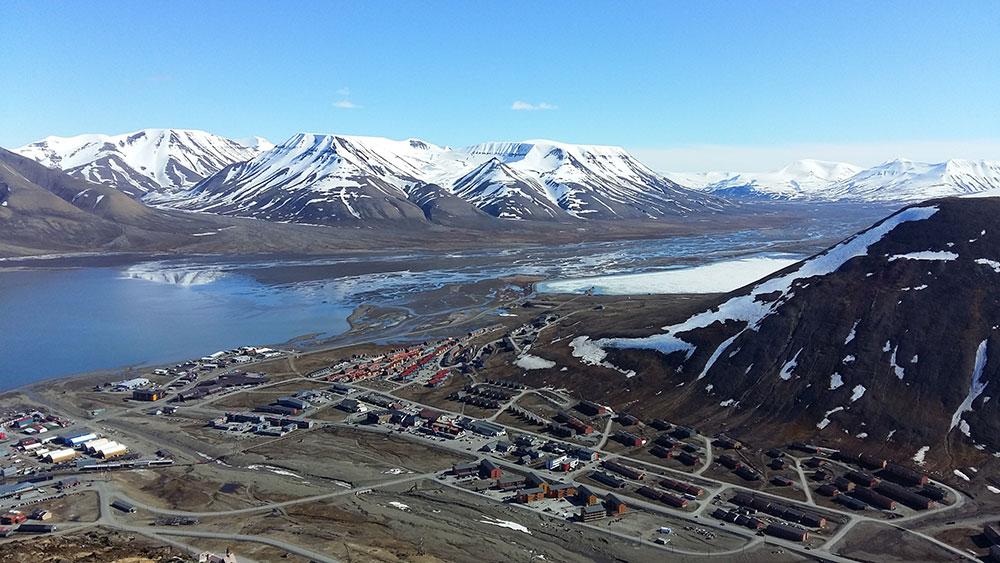 Vue sur Longyearbyen, capitale du Svalbard ©Bernard Lugaz
