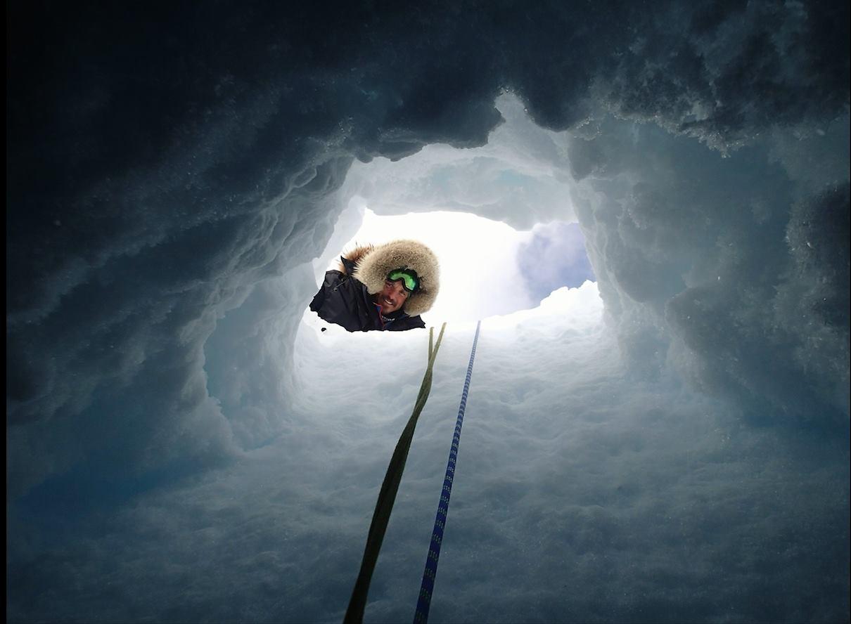 Manu, du haut d'une crevasse ©Manu Poudelet