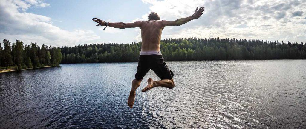 Saut dans un lac finlandais