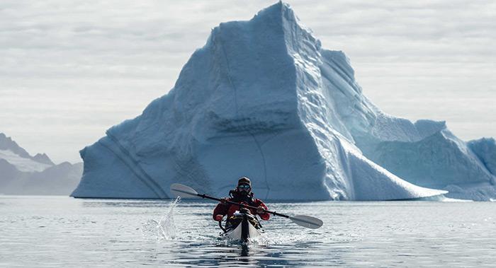 En kayak de mer dans le Scorebysund, Groenland ©Visit Greenland