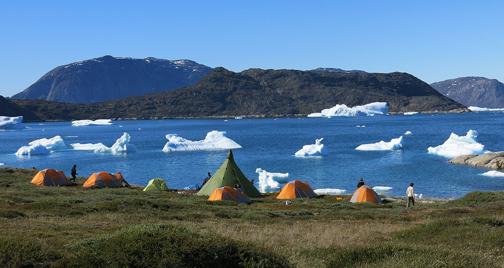 Camp au Groenland face aux icebergs ©Yannick Briand