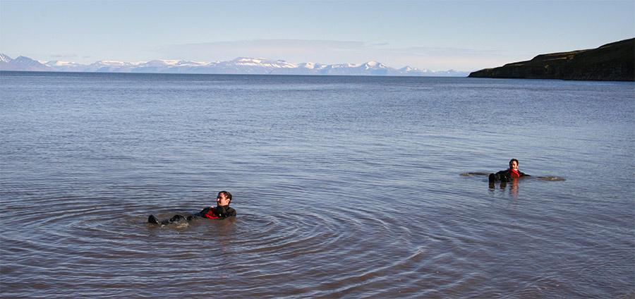 Voyageurs 66°Nord se baignant en combinaison sèche au Spitzberg ©Aurélia Galibert, voyageuse 66°Nord