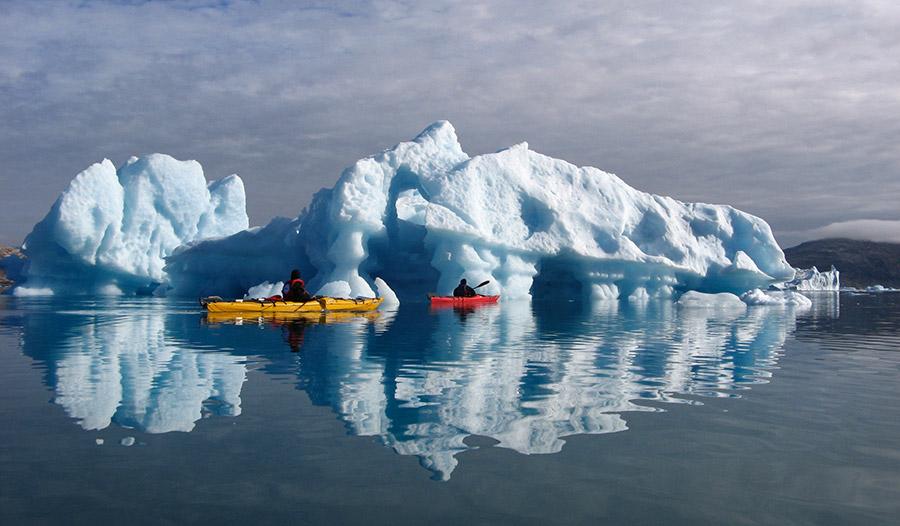 Kayak de mer au Groenland près des iceberges, de véritable mastodontes de glace ©Cendrine Corouge, conseillère spécialiste 66°Nord