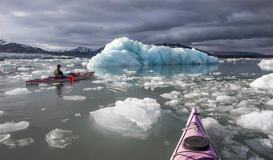 """En kayak de mer parmi les icebergs et les glacçons au Spitzberg, voyage """"Les cinq glaciers"""" ©Yannick Long, guide 66°Nord"""