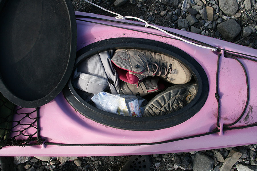 On plie le camp et on met tout dans les kayaks ! ©Aurélia Galibert, voyageuse 66°Nord