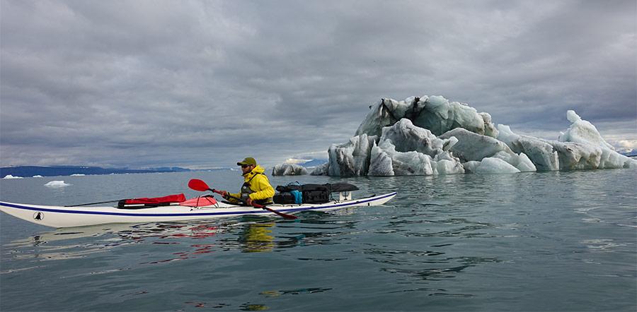 """Yannick Long en kayak de mer au Spitzberg """"Les cinq glaciers"""" ©Guilhem, voyageur 66°Nord"""