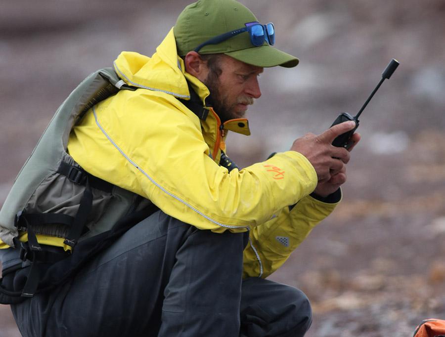 Réception des prévisions météo par le guide Yannick Long sur le téléphone satellite ©Yves Plaquevent, voyageur 66°Nord