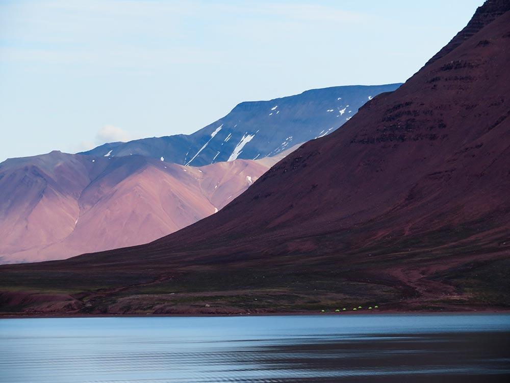Camp au pied des montagnes du Svalbard ©Maud Sevaux, guide 66°Nord