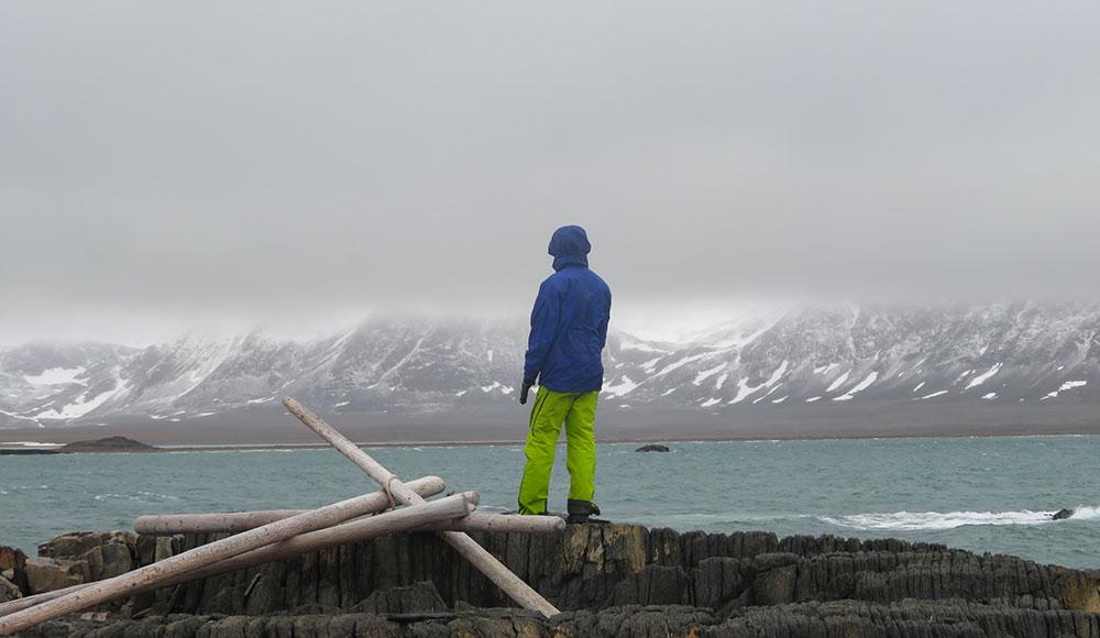 Tempête à Polheim, le groupe attend que le vent tombe et profite du paysage battu par les vents ©Maud Sevaux, guide 66°Nord