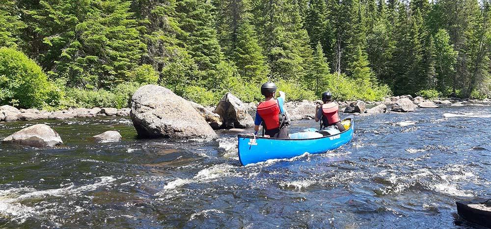 Canoe dans les rapides de la rivière Batiscan © 66°Nord