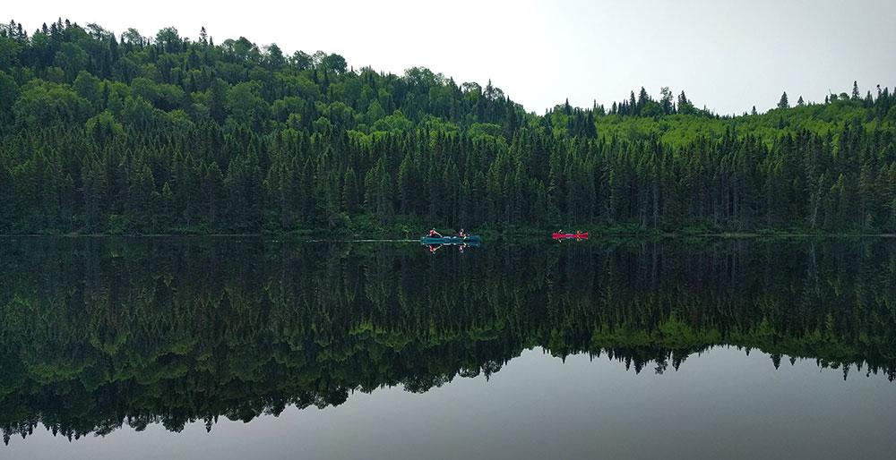 Sur l'eau calme de la rivière © Caroline F. 66°Nord
