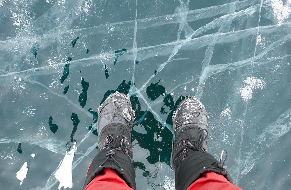 Les pieds sur la glace du Baïkal ©Elodie Roux, équipe 66°Nord