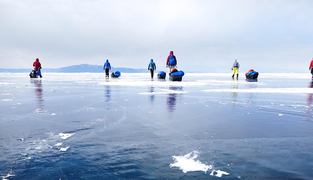 Randonnée avec pulka sur le lac gelé du Baikal ©Elodie Roux, équipe 66°Nord