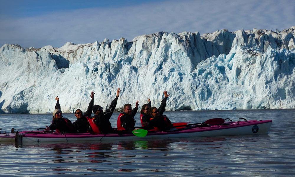 Notre groupe de voyageurs en août 2019, au pied du glacier de Svéa, sous un beau ciel bleu ©Tom Christen