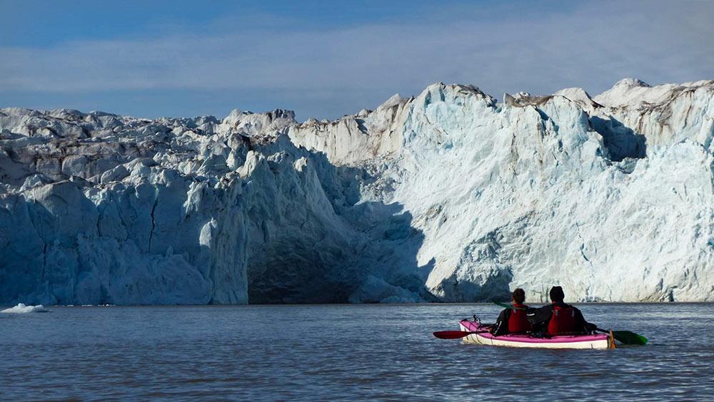 Kayak de mer au pied du glacier de Svéa ©Tom Christen, guide 66°Nord