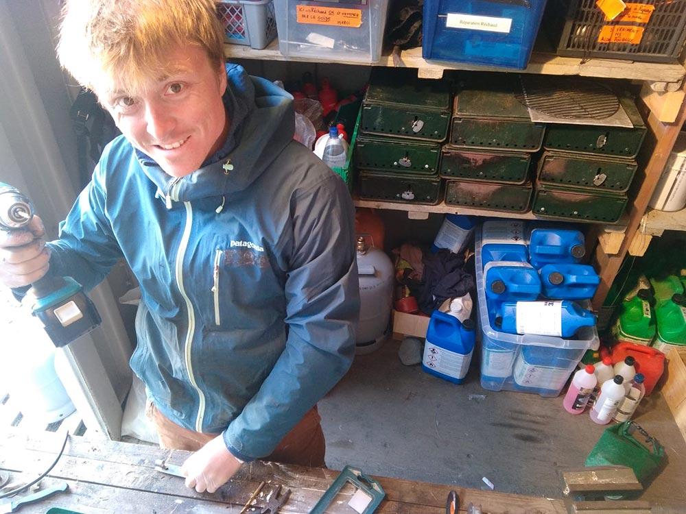 Tom Christen, en mission réparation sur notre base Spitzberg ©Tom Christen