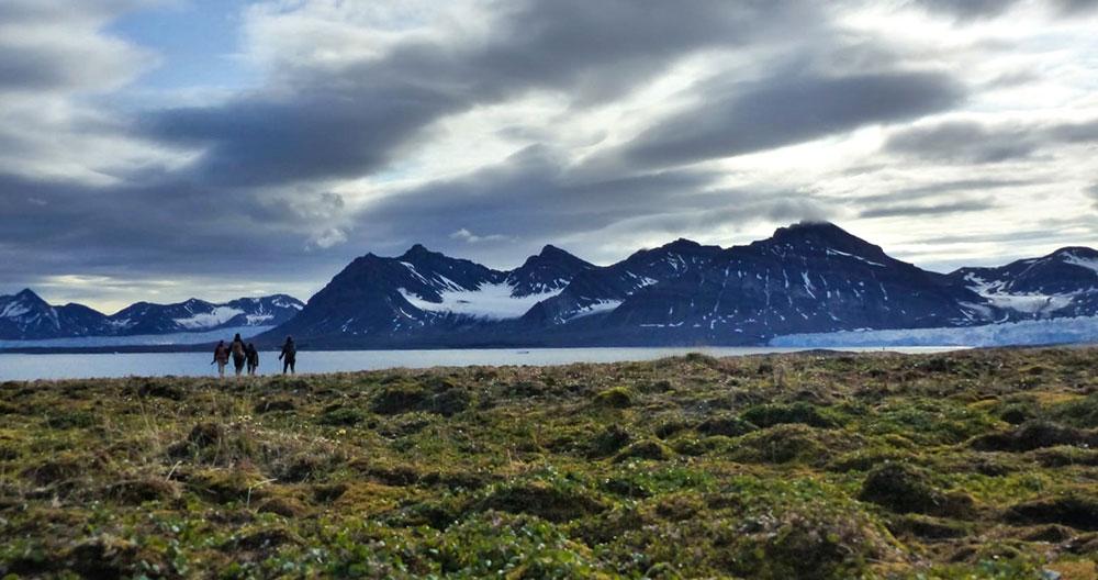 Randonnée dans la toundra, dans la baie de Svéa, Svalbard ©Tom Christen