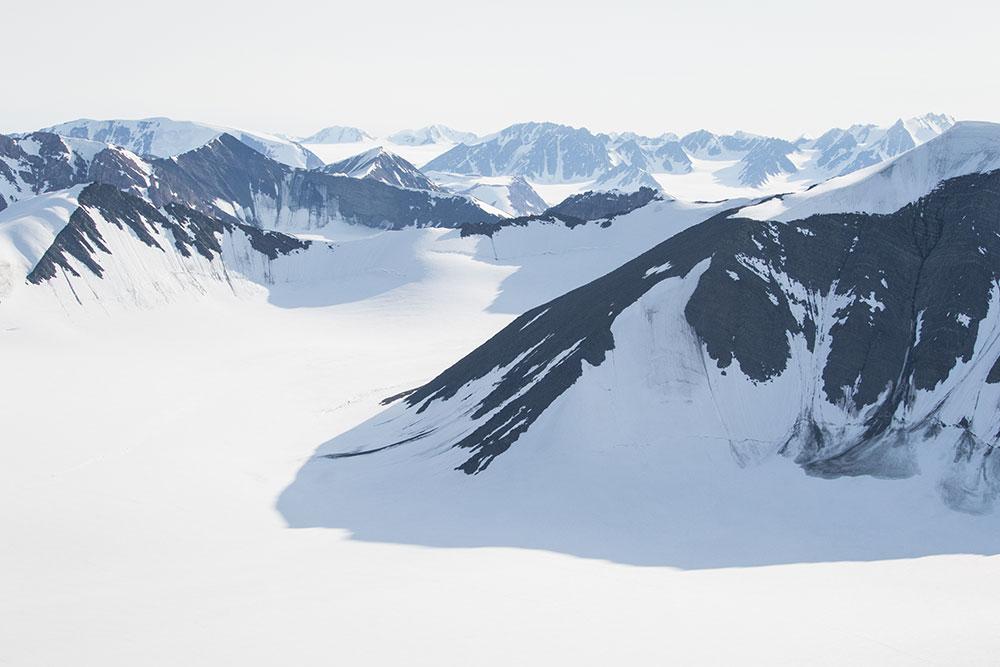Vue sur les monts du Svalbard en Arctique, aux portes du Pôle Nord ©Sébastien roche voyageur 66°Nord