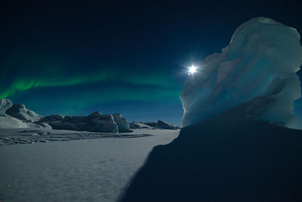 Aurores polaires au Groenland l'hiver. Crédit Julien Million, voyageur 66°Nord