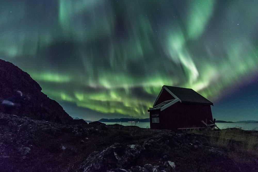 Aurores boréales dans les îles Lofoten en Norvège du Nord. Crédit Rémi Basmaji, guide 66°Nord