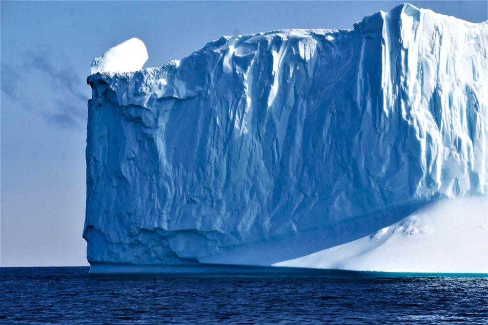 Iceberg géant au Groenland. Crédit : Clément Legain, guide 66°Nord