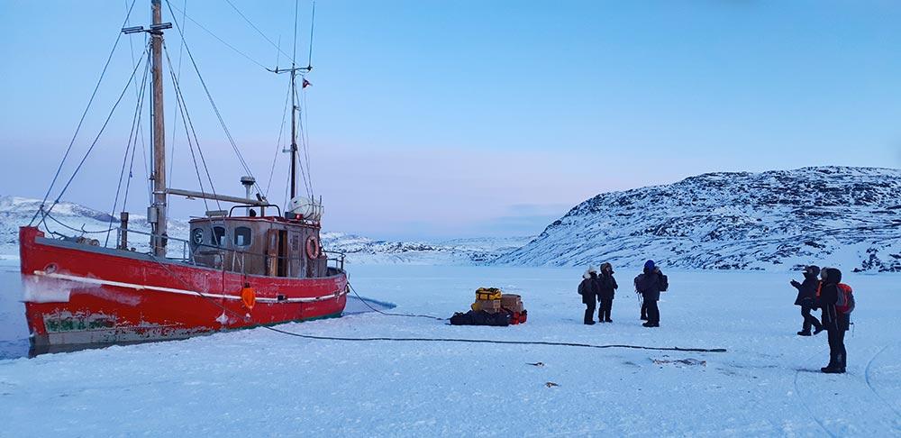 Bateau prit dans la glace du Groenland l'hiver