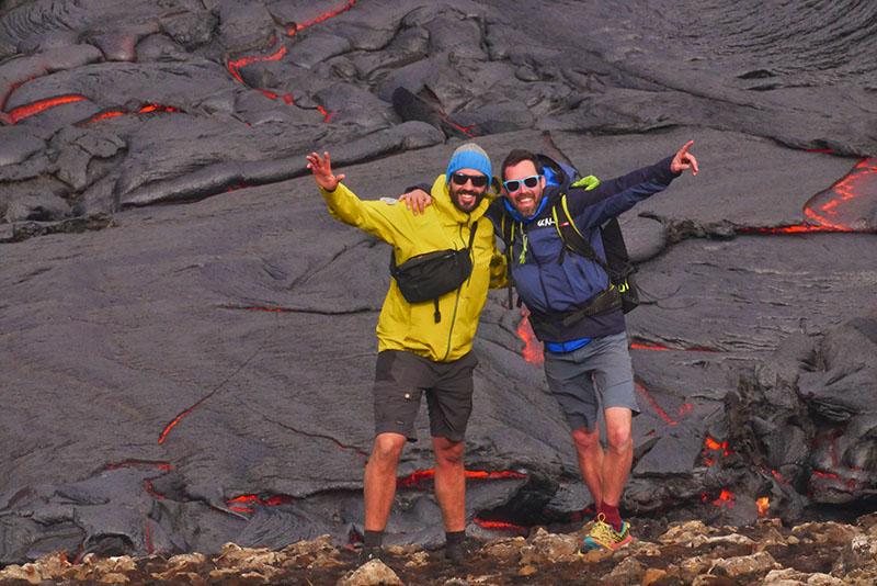 Clément et Vidian au pied de la lave en fusion ©Clément Legain, guide 66°Nord